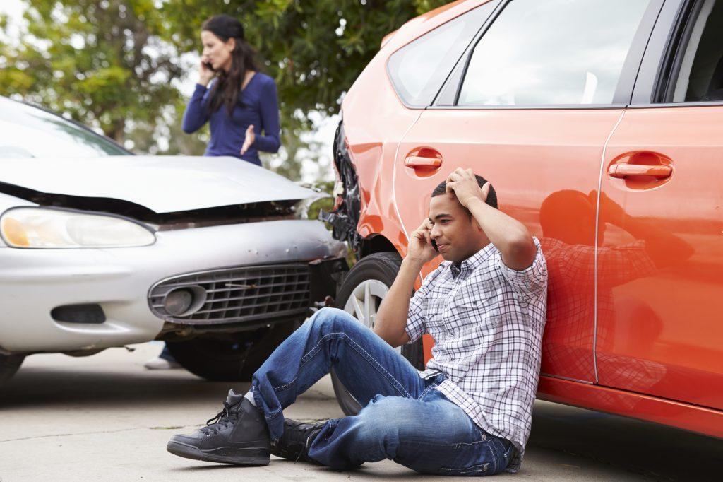 hombre llama a abogados de accidentes de coche en accidente